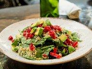 Спаначена салата с червено цвекло, киноа и дресинг от лимонов сок, зехтин и захар